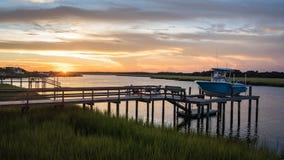 Coucher du soleil d'admission sur un dock photographie stock libre de droits