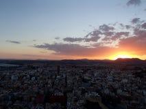 Coucher du soleil d'Alicante avec des montagnes derrière la ville Images stock