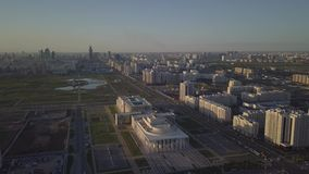Coucher du soleil d'Arial au-dessus de ville banque de vidéos