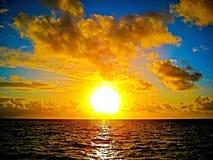 Coucher du soleil d'or au-dessus de l'Australie de la Grande barrière de corail Queensland d'océan Photos stock