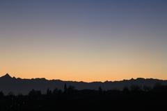 Coucher du soleil d'or au-dessus de l'horizon de colline et de montagnes Images stock