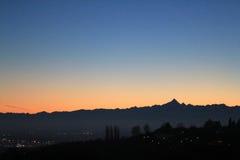 Coucher du soleil d'or au-dessus de l'horizon de colline et de montagnes Photographie stock libre de droits