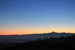 Coucher du soleil d'or au-dessus de l'horizon de colline et de montagnes Images libres de droits