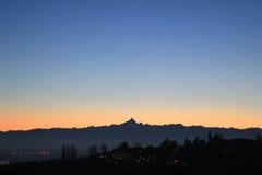 Coucher du soleil d'or au-dessus de l'horizon de colline et de montagnes Photographie stock
