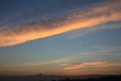 Coucher du soleil d'or au-dessus de l'horizon de colline et de montagnes Photos libres de droits