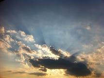 Coucher du soleil d'or au-dessus de la colline Photo libre de droits