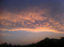 Coucher du soleil d'or au-dessus de la colline Photographie stock libre de droits
