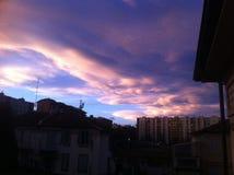 Coucher du soleil d'or au-dessus de la ville Image stock