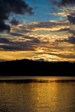 Coucher du soleil d'or au-dessus de lac Images stock