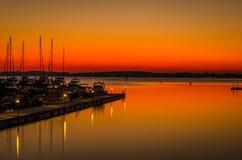 Coucher du soleil d'or au-dessus de marina Images stock