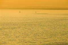Coucher du soleil d'or au-dessus de mer Photographie stock libre de droits