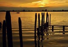Coucher du soleil d'or au-dessus de mer photos stock