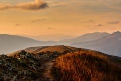 Coucher du soleil d'or au-dessus des montagnes européennes Images libres de droits