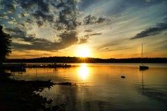 Coucher du soleil d'or au-dessus du lac Image libre de droits