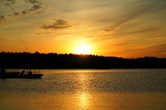 Coucher du soleil d'or au-dessus du lac Photographie stock libre de droits