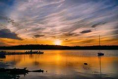Coucher du soleil d'or au-dessus du lac Photos stock