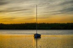 Coucher du soleil d'or au-dessus du lac Image stock
