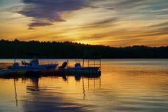 Coucher du soleil d'or au-dessus du lac Photo libre de droits