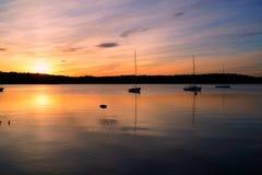 Coucher du soleil d'or au-dessus du lac Photographie stock
