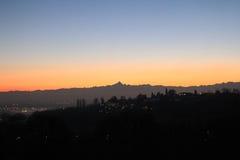 Coucher du soleil d'or au-dessus du Monviso Image stock
