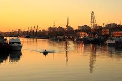 Coucher du soleil d'or au-dessus du port fluvial Photo libre de droits