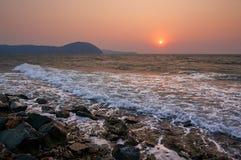 Coucher du soleil d'automne au-dessus de la mer Image stock