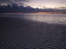 Coucher du soleil d'automne au-dessus du Solent de la plage occidentale de Wittering, le Sussex occidental LE R-U photographie stock libre de droits