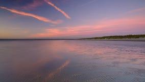 Coucher du soleil d'automne au-dessus du Solent de la plage occidentale de Wittering, le Sussex occidental LE R-U photo libre de droits