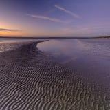 Coucher du soleil d'automne au-dessus du Solent de la plage occidentale de Wittering, le Sussex occidental LE R-U photo stock