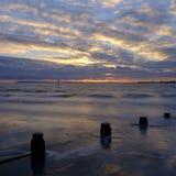 Coucher du soleil d'automne au-dessus du Solent de la plage occidentale de Wittering, le Sussex occidental LE R-U images stock