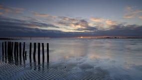 Coucher du soleil d'automne au-dessus du Solent de la plage occidentale de Wittering, le Sussex occidental LE R-U image libre de droits