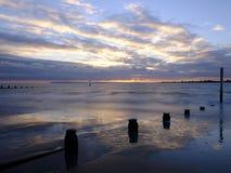 Coucher du soleil d'automne au-dessus du Solent de la plage occidentale de Wittering, le Sussex occidental LE R-U image stock