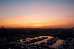 Coucher du soleil d'automne au port de ville de Rotterdam Photos libres de droits