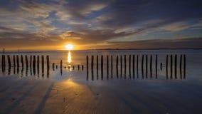 Coucher du soleil d'automne de la plage occidentale de Wittering, le Sussex occidental, R-U photos stock