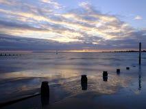 Coucher du soleil d'automne de la plage occidentale de Wittering, le Sussex occidental, R-U images libres de droits