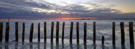 Coucher du soleil d'automne de la plage occidentale de Wittering, le Sussex occidental, R-U image stock