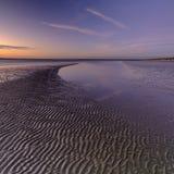 Coucher du soleil d'automne de la plage occidentale de Wittering, le Sussex occidental, R-U photographie stock