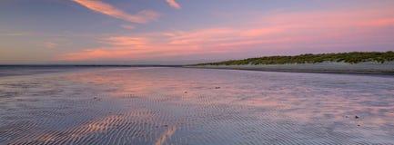 Coucher du soleil d'automne de la plage occidentale de Wittering, le Sussex occidental, R-U photographie stock libre de droits