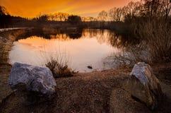 Coucher du soleil d'automne derrière l'étang Photographie stock