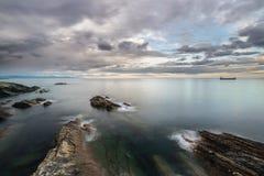 Coucher du soleil d'automne sur la mer image libre de droits