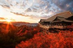 Coucher du soleil d'Autumn Japan Kiyomizu Dera images stock