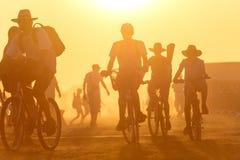 Coucher du soleil d'or avec beaucoup de personnes Image libre de droits
