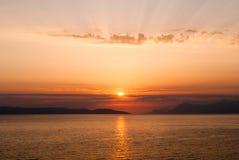 Coucher du soleil d'or avec des rayons au-dessus des louds, centraux Photo libre de droits