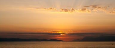 Coucher du soleil d'or avec des rayons au-dessus des nuages, horizontal panoramique Images stock