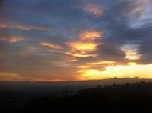 Coucher du soleil d'or avec l'horizon de Monviso Photos stock