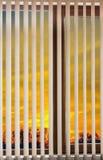 Coucher du soleil d'aveugles de fenêtre Image libre de droits