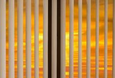 Coucher du soleil d'aveugles de fenêtre Images stock