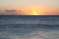 Coucher du soleil d'or chez l'Océan Atlantique Image stock