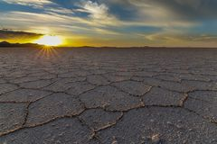 Coucher du soleil d'or chez Salar de Uyuni photographie stock