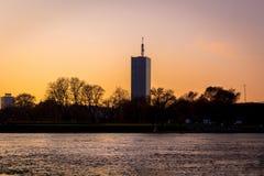 Coucher du soleil d'or d'heure sur la rivière photographie stock libre de droits